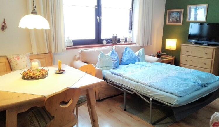 Hochwertige Schlafcouch im Wohnzimmer. (© Haböck Adelheid)