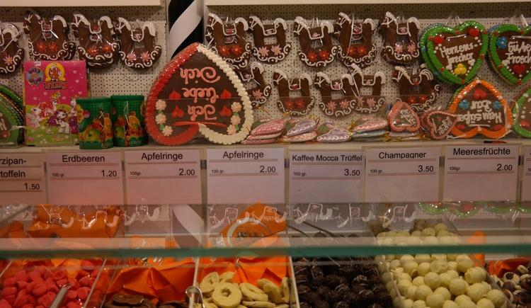 Kirtags- oder Kirmesstand mit Lebkuchenherzen und Süßigkeiten. (© Bild von Hans auf Pixabay)