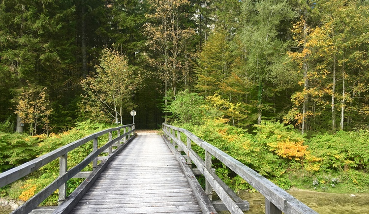 Über diese Brücke wechseln wir auf den Wanderweg Nr. 6. (© Manuela Elmer)