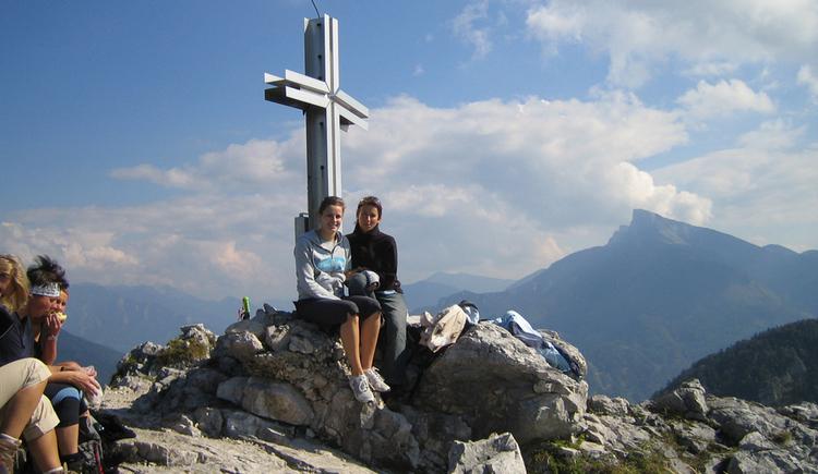 Personen beim Gipfelkreuz. (© Fam. Winklhofer)