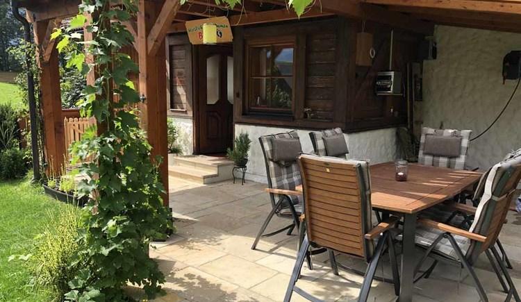 Die urige Terrasse lädt bei lauen Sommernächten zu lustigen und gemütlichen Runden für ein gemeinsames Beisammensein im Urlaub ein.