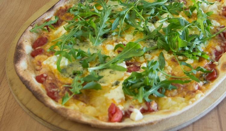 Gast Haus Berndt Ofenfleck Flammkuchen vegetarisch Gorgonzola Mozzarella Schafskäse Tomatensugo Rucola Parmesanchips Sommer Pizza Aufham Attersee