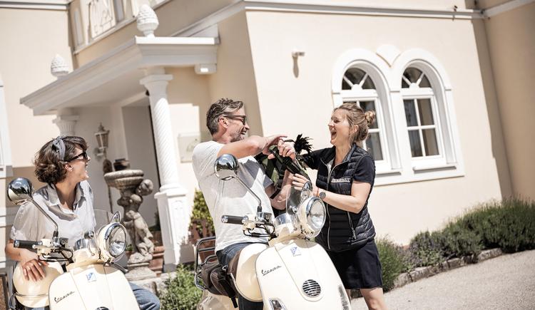 Gastgeberin Eva-Maria Pürmayer übergibt Picknick-Rucksack für genussvoll, romantische Ausfahrten. (© BERGERGUT Pürmayer GmbH)