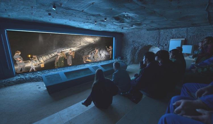 Im neuen Bronzezeit Kino, 400 Meter unter Tage, präsentieren die Salzwelten ein neues Highlight. (© Salzwelten)