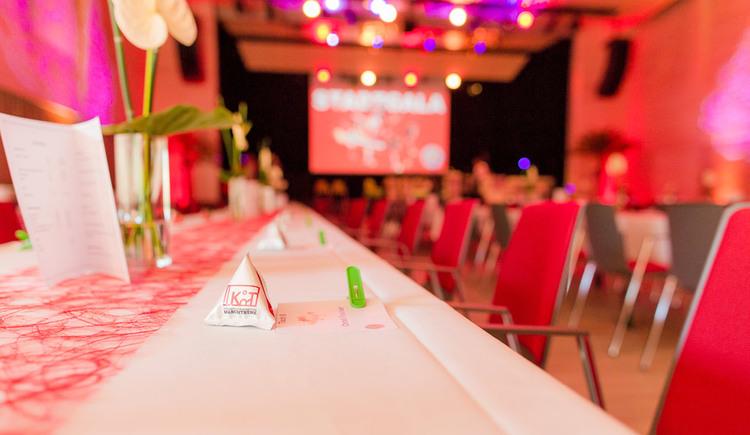 Nahaufnahme Galabestuhlung im Veranstaltungssaal. (© Stadtgemeinde Marchtrenk)