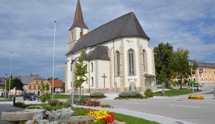 Neuer Ortsplatz mit Pfarrkirche.