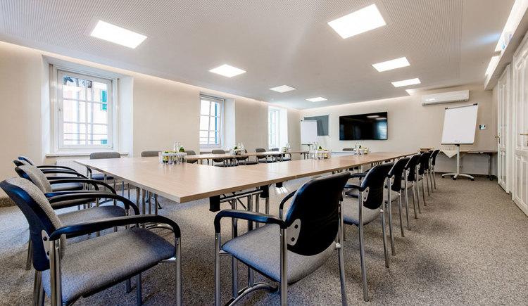 Seminarraum mit einigen Tischen, Stühlen und Flip-Chart. (© Hotel Krone)
