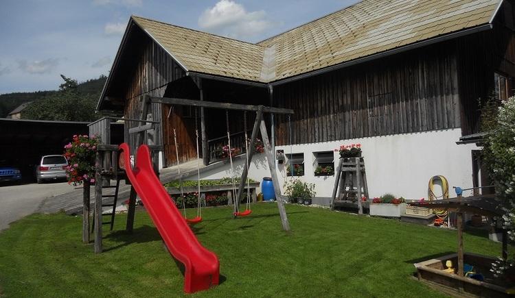 Für die Kinder steht der hauseigene Spielplatz zur Verfügung. (© Pomberger)