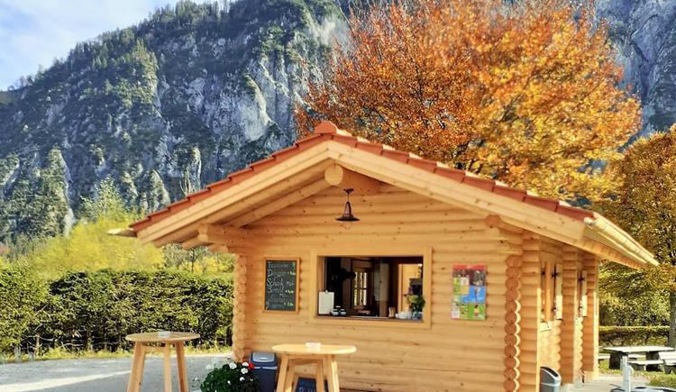 Almsee Hütt'n mit Blick auf Berge (© Gasthaus Seehaus)