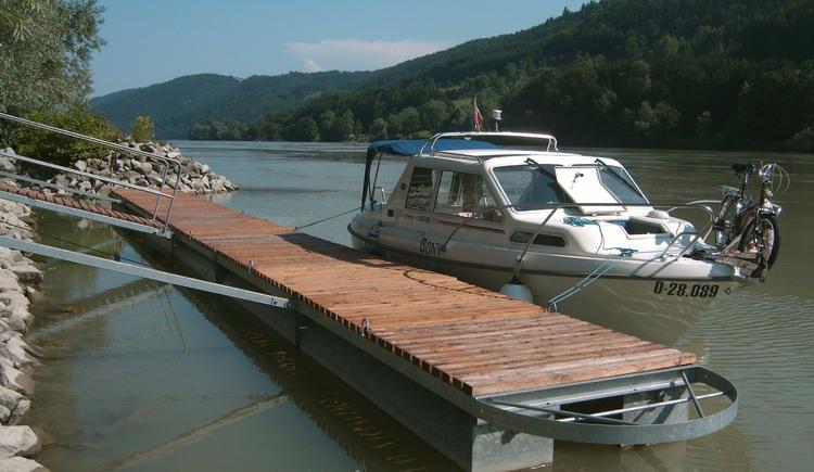 Für Gäste steht ein 40 m langer Längsteg und für Hotelgäste kostenlos ein Liegeplatz im Hafen zur Verfügung. (© Luger)