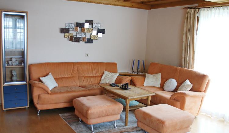 Im gemütlichen Wohnzimmer der Ferienwohnung Gosaukamm können Sie ihre Urlaubstage entspannt ausklingen lassen. (© Manuela Sommerer)