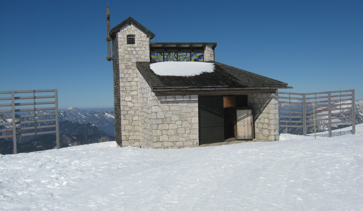 Winter photo of the Heilbronn Chapel in best weather conditions. (© Ferienregion Dachstein Salzkammergut)