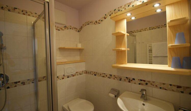 Bathroom Veilchen (Violet). (© seekda)