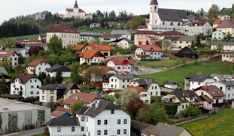 Blick auf Kefermarkt mit der Kirche und Schloss Weinberg. (© Marktgemeinde Kefermarkt)