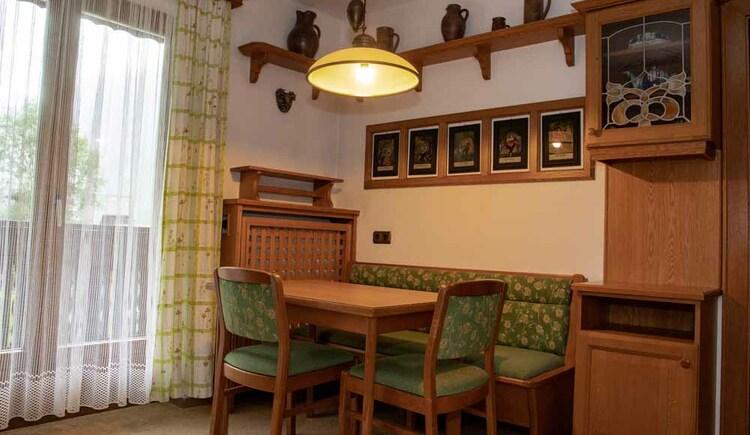Einladender Sitzbereich in der Küche der Butchi-Suite. (© Sommerfrische Apartments)