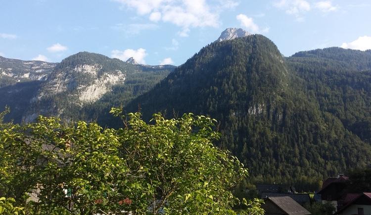 Aussicht auf die Berge von der Ferienunterkunft Haus 66 in Obertraun. (© Johann Höll)