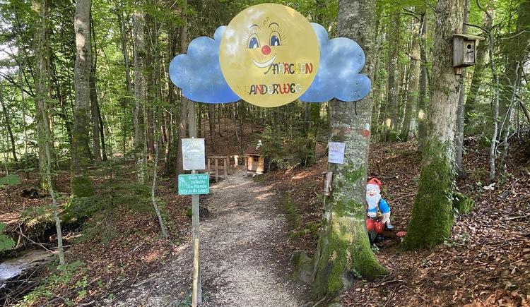 Märchenwanderweg in Unterach am Attersee Eingang. (© TVB Attersee-Attergau)