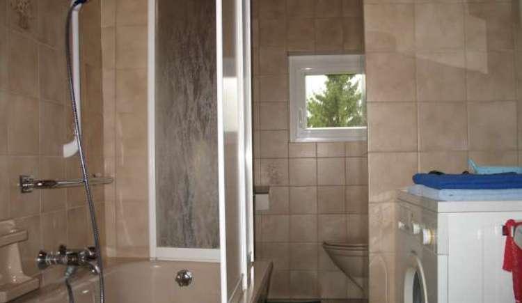 Das Badezimmer ist mit einer Badewanne, Waschtisch und Toilette ausgestattet. Eine Waschmaschine steht ihnen ebenfalls zur Verfügung. (© ©Gabi Hillbrand)