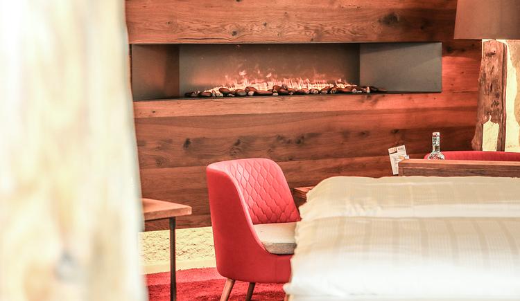 45m²Es ist selten so einfach den Alltag im Hotelzimmer hinter sich zu lassen! Lassen Sie sich von außergewöhnlichem Design und dem Spiel der Flammen inspirieren und entfachen Sie Ihre Zweisamkeit neu! Edle Stoffe, große, runde Badewanne, Design-Feuerstelle, Flammen-Elemente. Ein heißer Tipp für Paare die das Außergewöhnliche suchen. (© BERGERGUT Pürmayer GmbH)