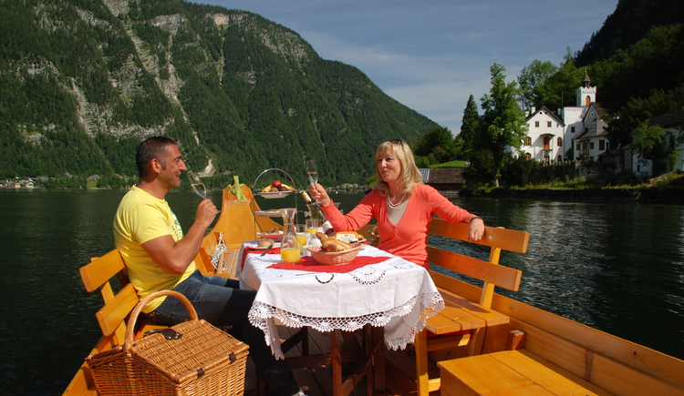 Navia-Flatboat-Breakfast direct on Lake Hallstatt. (© Kraft Hallstatt)