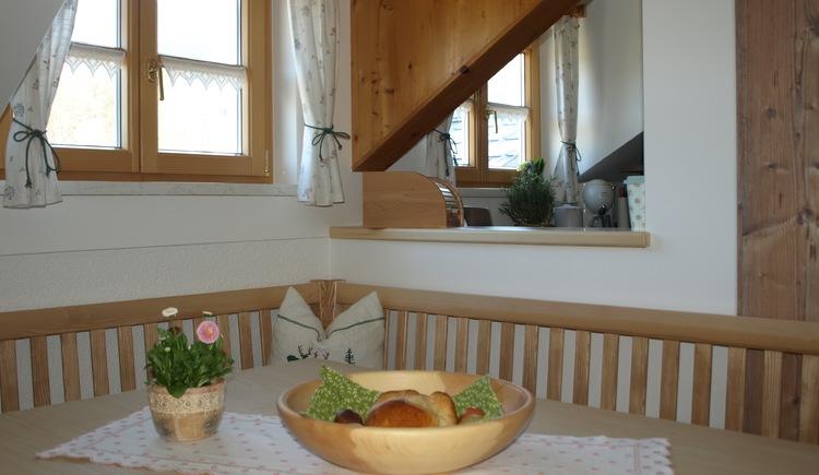 Gemütlicher Essbereich mit Eckbank mit viel Holz und Liebe zum Detail eingerichtet. (© Pomberger)