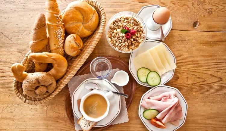 ein Frühstück mit Gebäck, ein, Kaffee, Müsli, Käse- und Schinkenteller. (© Bäckerei Berger)