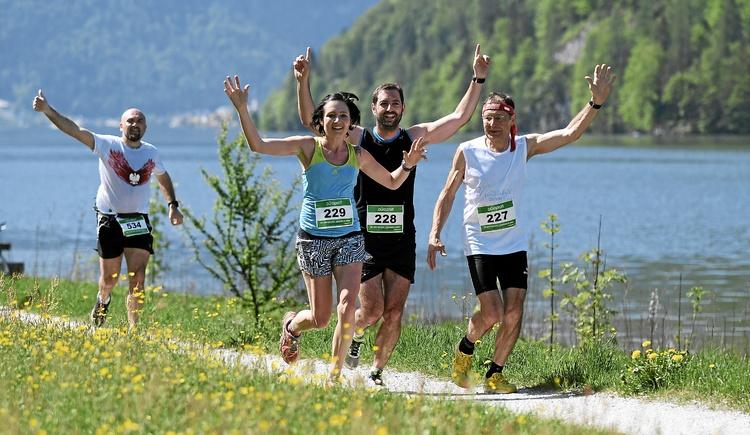 Many participants make their way around Lake Hallstatt. (© Viertbauer)