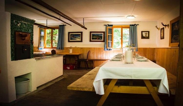 Großzügiger Aufenthaltsraum mit integrierter Küche. (© Outdoor Leadership, Helmut Putz)
