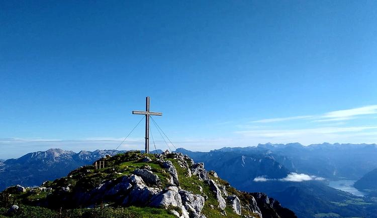 Das Gipfelkreuz am Berg mit wunderschönem Blick auf die umliegende Bergwelt. (© Michael Schwarzlmüller)