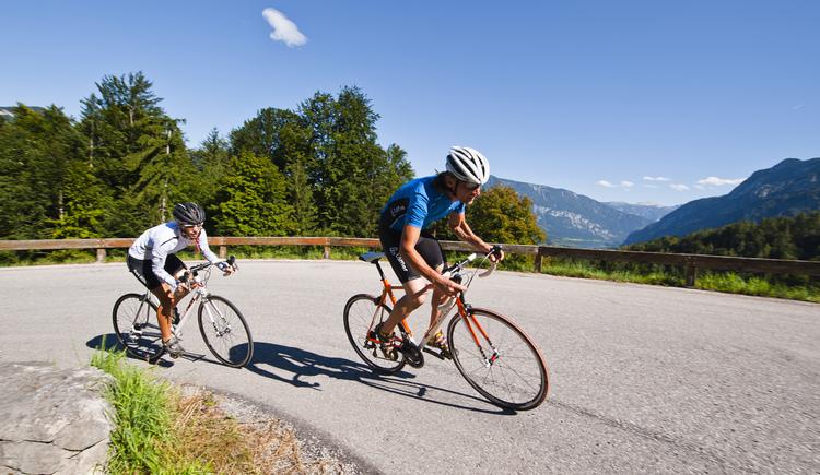 Viele knackige Anstiege begeistern die Rennradfahrer im Salzkammergut. (© OÖ Tourismus)