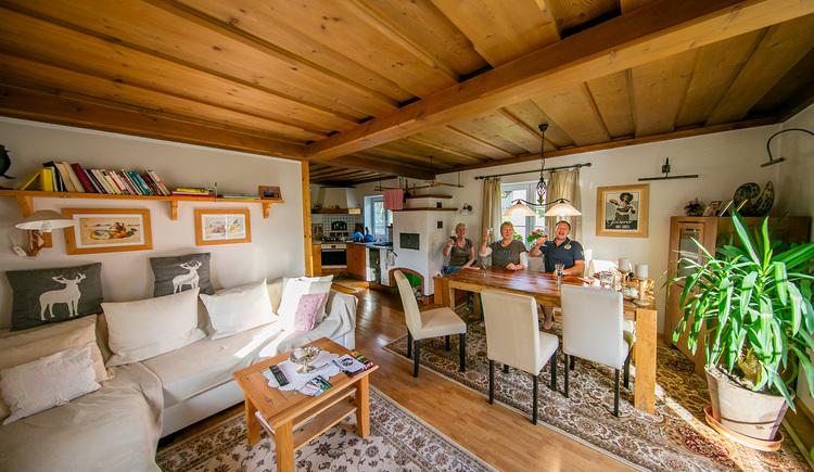 Der große Esstisch bietet genügend Platz und anschließende können sie im großzügigen Wohnbereich entspannen