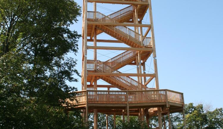 Der neue Aussichtsturm mit der Rampe. (© Gemeinde Kirchberg ob der Donau)