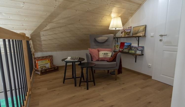Leseratten können er sich auf der charmant gestalteten Galerie gemütlich machen und in ihren Büchern versinken.