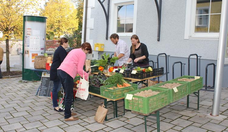 Frisches Gemüse vom regionalen Anbieter erhält man beim Attergauer Wochenmarkt. (© TVB Attergau)