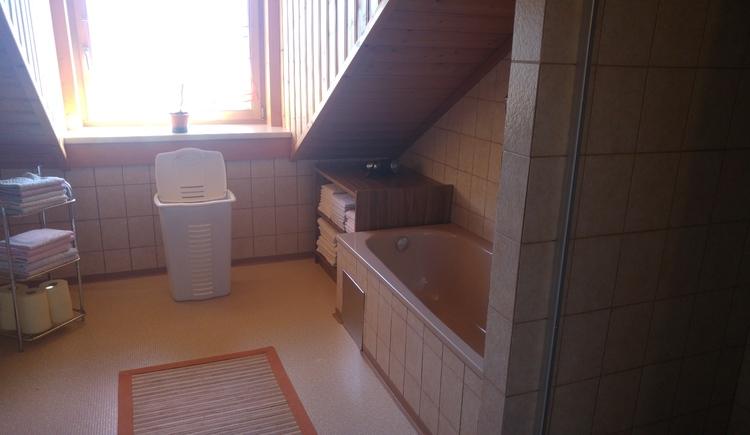 Geräumiges Badezimmer mit Badewanne. (© Unterberger)