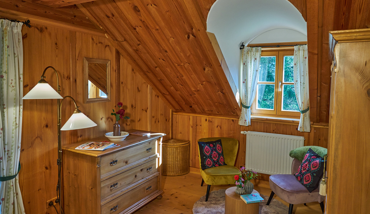 Die Lounge in der Ewinger Lodge ist ebenfalls traditionell und modern eingerichtet. (© Ewinger Lodge)