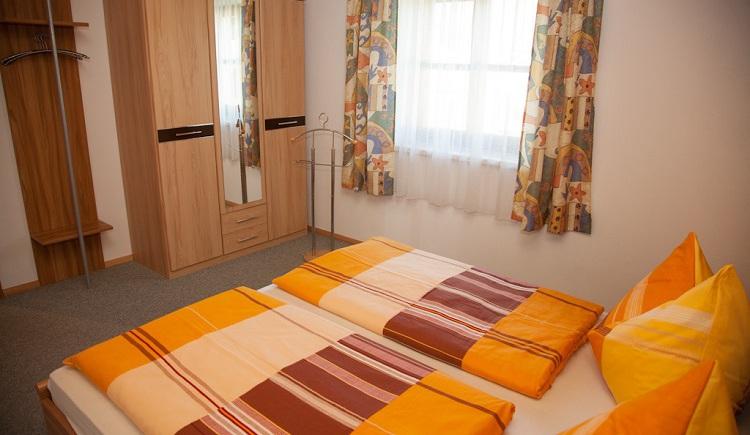 Schlafzimmer in der Ferienwohnung. (© Hubner Hans)