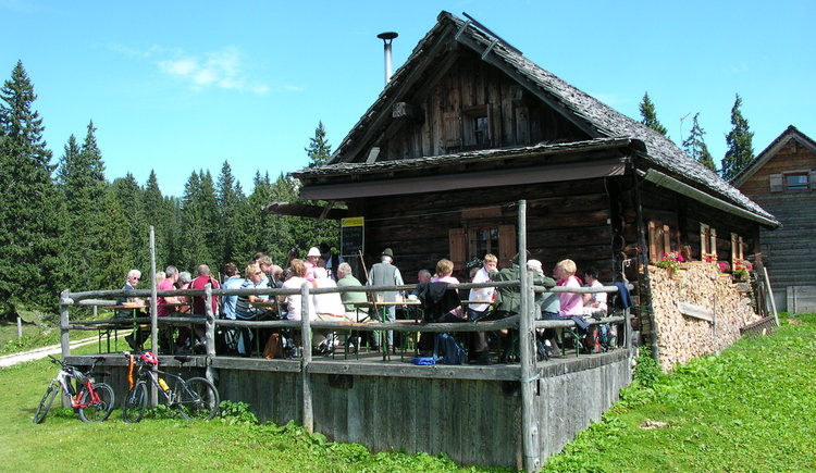 Many hikers enjoy the foods and the sunbeams at the hut. (© Grill Elisabeth)