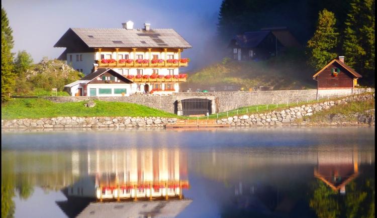 Die Morgensonne küsst den Gasthof. (© Ehrenfried Vierthaler)