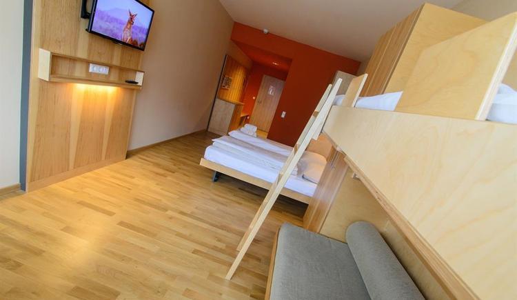 betten-familienzimmer-jufa-hotel-almtal-medium-tv (© JUFA Hotel Almtal)