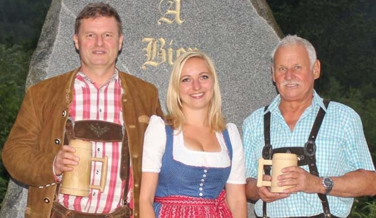Die Inhaber der Brauerei sowie ein Gast vor dem Eingang