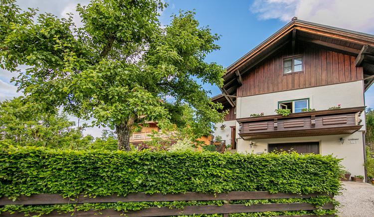 Die Ferienwohnung Haus Stefan liegt im Grünen oberhalb des Hallstättersees.
