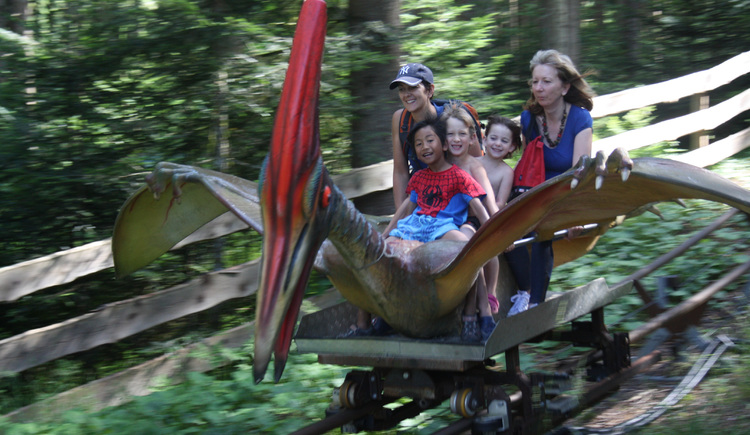 Familie in Flugsaurier Achterbahn