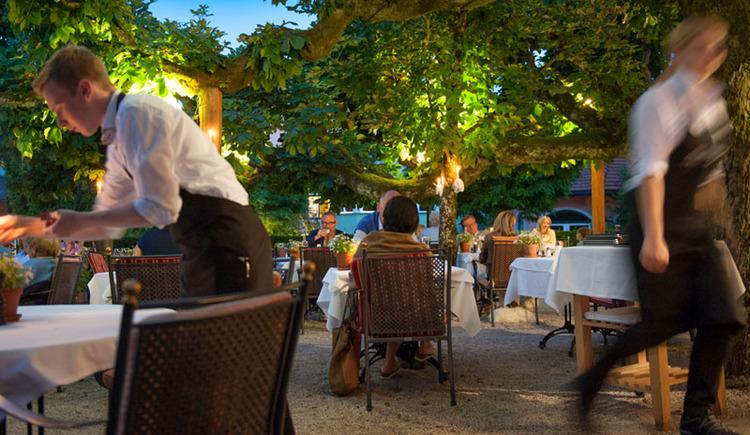 """Gastgarten \""""das Bräu\"""" - Hotel Aichinger Nussdorf am Attersee"""