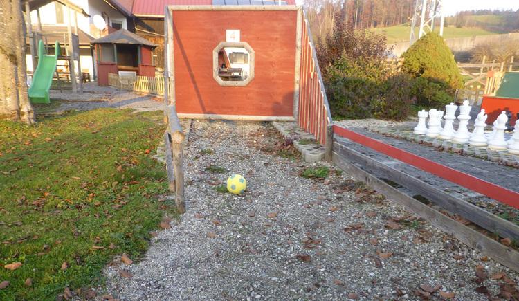 Rosslwirt - Torwand mit Gartenschach im Hintergrund (© privat)
