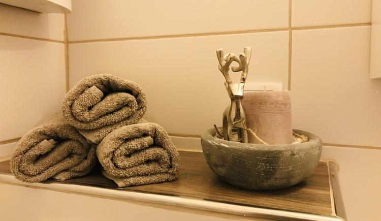Handtücher auf der Ablage in Bad