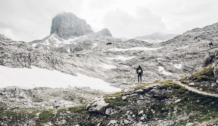 High alpine flair along the Dachstein circular walk in the middle of the rocky landscape. (© © Dachsteinrundwanderweg © ladyvenom)