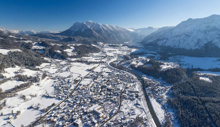 Ein Blick über Bad Goisern am Hallstättersee zum Sarstein und Krippenstein. (© Sven Posch - www.360perspektiven.com)