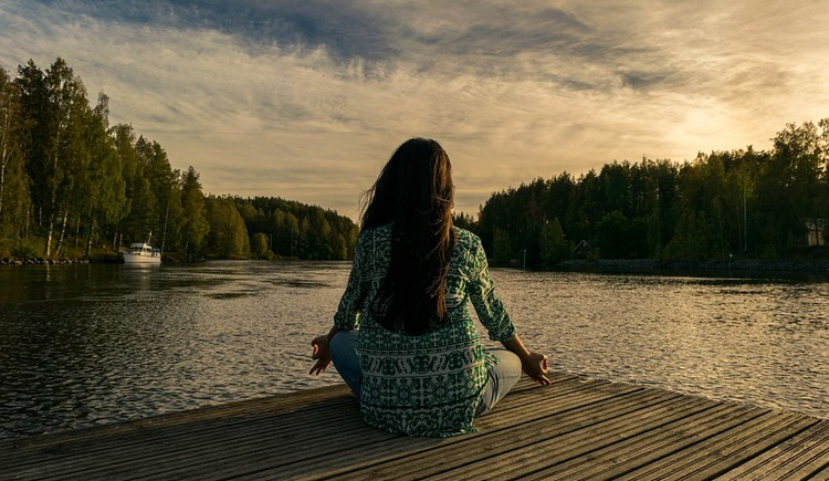 yoga am see (© Pixabay)