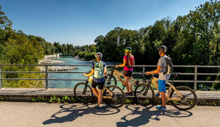 Radfahrer auf Brücke Eggensein. (© brainpark.traunsee)